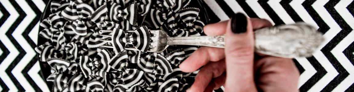 Art culinaire : Jeu de rayures nappe et pâtes fantaisies